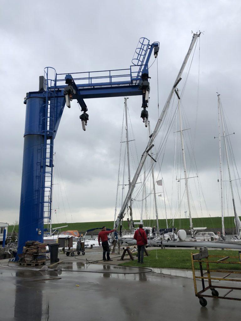Mast gaat weer op de boot met nieuwe verstaging