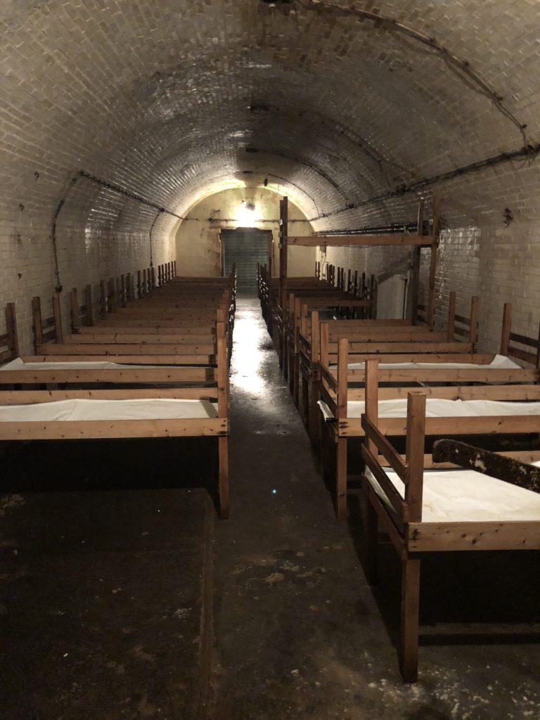 De ziekenzaal in de bunker onder de grond